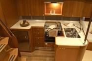 Interior de barco de alquiler en Grado 2