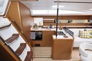 Interior de barco de alquiler en Mykonos 2